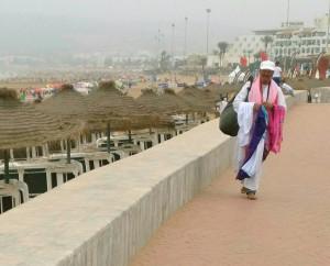 Sprzedawca galabii na nadmorskiej promenadzie w Agadirze