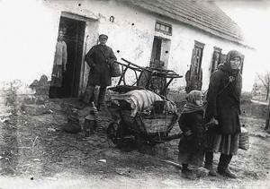 Rozkulaczona rodzina obok swego domu